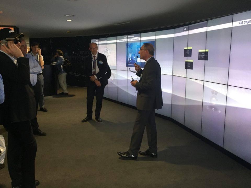 Svenska gruppen lyssnar på presentation från Airbus om deras rymdverksamhet